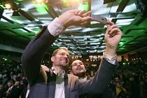 Předseda hnutí Obyčejní lidé a nezávislé osobnosti (OLaNO) Igor Matovič (vlevo) se fotografuje s příznivcem ve volebním štábu v Trnavě, kde v noci na 1. března 2020 sledoval výsledky slovenských parlamentních voleb.