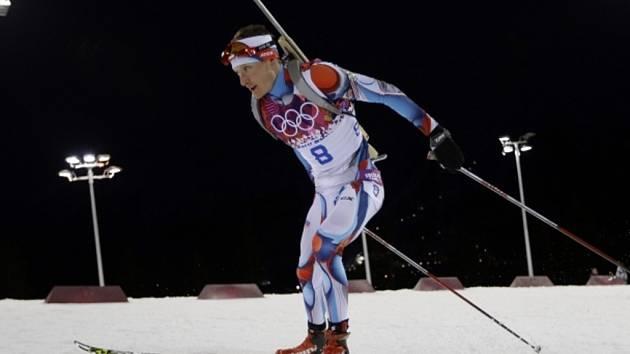 Biatlonista Ondřej Moravec si běží pro stříbrnou medaili v Soči.