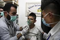 Na snímku zveřejněném syrskou agenturou SANA je muž v péči lékařů po údajném chemickém útoku na město Halab (Aleppo) v listopadu 2018