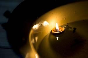 Vánoční zvyky, svíčka v lodičce z ořechové skořápky - ilustrační foto.