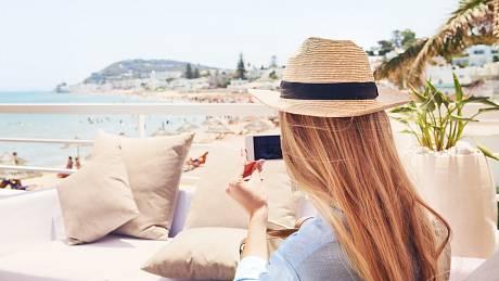Češi kvůli omezením prchají na dovolené do zahraničí, kde neplatí přísná nařízení.