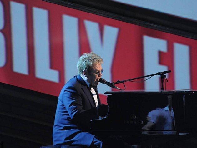 Sir Elton John si přidal dnes v noci do své sbírky další cenu - za hudbu k muzikálu Billy Eliot. Prestižní americkou divadelní cenu Tony sice nedostalala jeho hudba, muzikál byl ale na ceremoniálu nejúspěšnější.