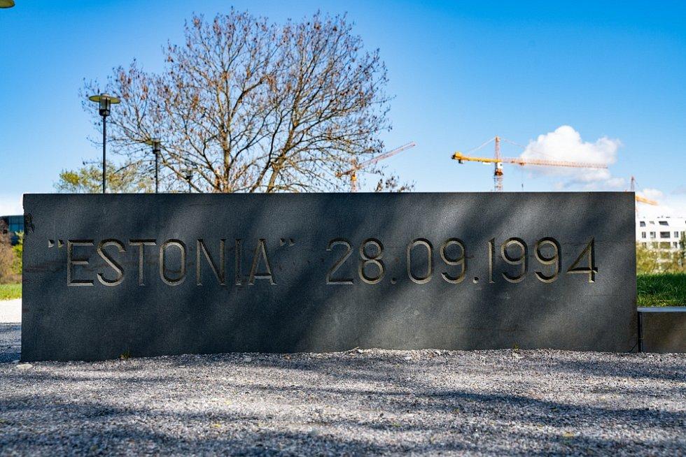 Kamenný památník v Talinnu připomíná potopení Estonie.