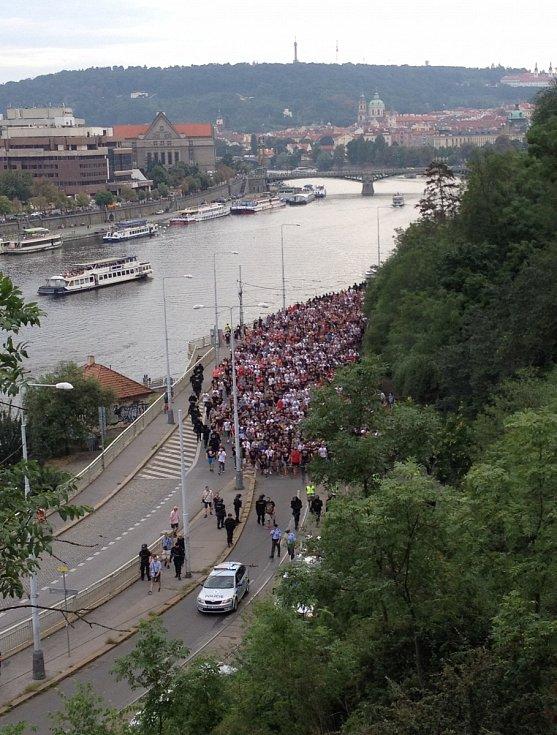 Fanoušci klubu Crvena Zvezda prochází Prahou před utkáním se Spartou.