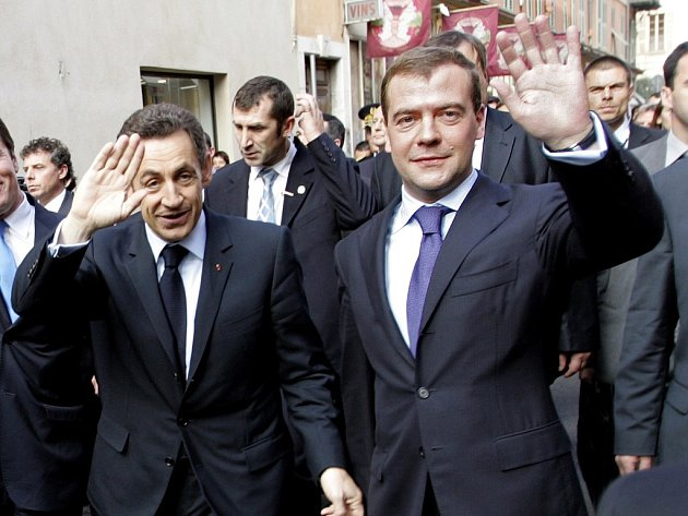 Nicolas Sarkozy a Dmitrij Medveděv při procházce starým městem Nice.