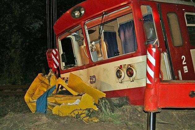 V Bezděčíně se stala tragická nehoda, při které zemřeli dva lidé. Třetí oběť je ve vážném zdravotním stavu v nemocnici. Řidič zřejmě opomenul světelnou signalizaci na přejezdu.