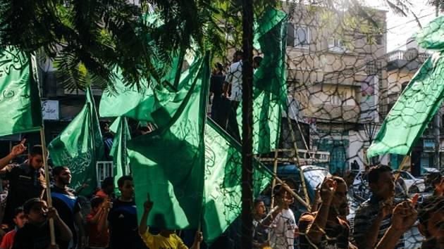 Maskovaní příznivci hnutí Hamás se zúčastnili demonstrace v Rafahu na jihu pásma Gazy na podporu svých delegátů v Káhiře.