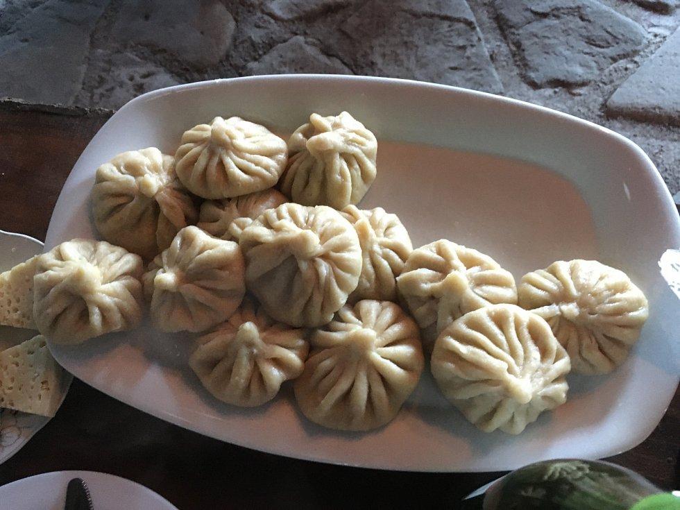 Typickým gruzínským pokrmem je chinkali, knedlíčky naplněné třemi různými náplněmi - mletým mase, sýrem, nebo houbami. Snědla jsem jich snad patnáct. Jsou tak dobré, že jsem zkrátka nemohla přestat.
