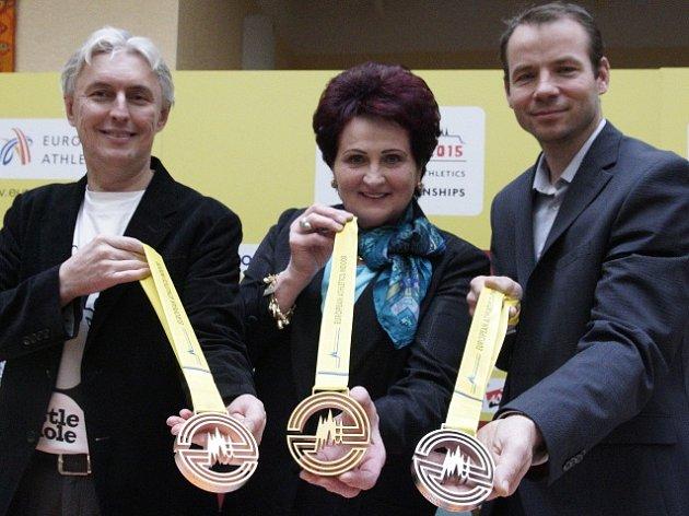 Medaile ukázali (zleva) předseda Českého atletického svazu Libor Varhaník, bývalá koulařka Helena Fibigerová a bývalý výškař Tomáš Janků