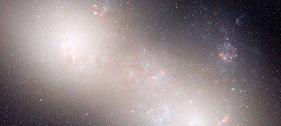 Z obou spirálních galaxií se stane jedna nepravidelná eliptická galaxie