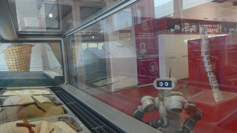 Roboti jsou kvalitní pracovníci. K zákazníkům všímaví, usměvaví a neošidí.