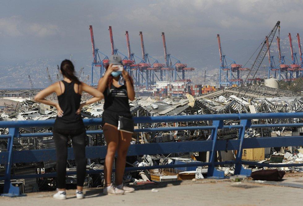 Ženy v Bejrútu přihlížejí zkáze, kterou způsobil výbuch v přístavu.