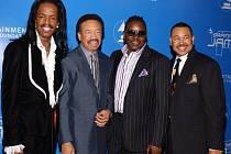 Ve věku 74 letech zemřel Maurice White (druhý zleva), zakladatel a zpěvák americké popové skupiny Earth, Wind & Fire.
