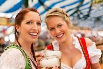 Krásné dívky budou na Oktoberfestu i letos. Pivo bude ale zase o něco dražsí.
