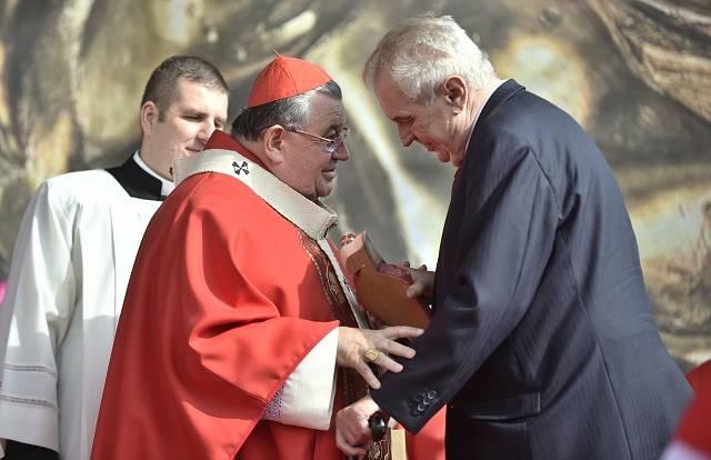 Prezident Miloš Zeman (vpravo na snímku s kardinálem Dominikem Dukou).