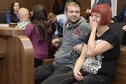Anarchisté Katarína Zezulová a Martin Ignačák před soudem v kauze údajného plánování teroristického útoku na vlak.