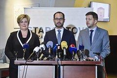 Místopředsedkyně STAN Věra Nováková, předseda poslaneckého klubu Jan Farský (uprostřed) a první místopředseda Vít Rakušan.