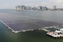 Singapur nedávno zprovoznil jednu z největších plovoucích solárních farem na světě, která by měla kompenzovat přes 4 000 tun emisí oxidu uhličitého ročně.