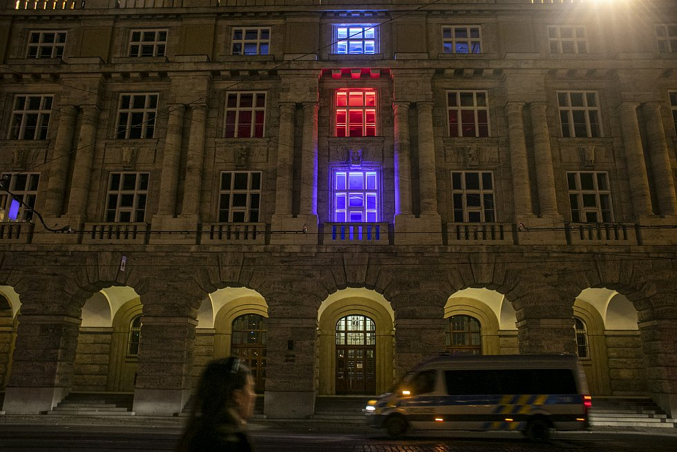Na 31. výročí Sametová revoluce se rozsvítili budovy v národních barvách, 17. listopadu v Praze. Na snímku Filozofická fakulta UK.
