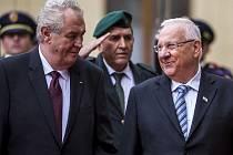 Prezident Milos Zeman s manželkou Ivanou přivítal 21. října na Pražském hradě izraelského prezidenta Reuvena Rivlina s chotí.