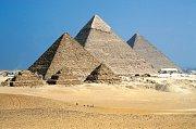 Slavné, tzv. Velké, pyramidy v Gíze (zleva): Menkaureova, Chefrenova (Rachefova) a Chufevova (Cheopsova) na pohledu od severozápadu. V popředí tři malé pyramidy postavené pro dvě z Cheopsových manželek a pro jeho matku.