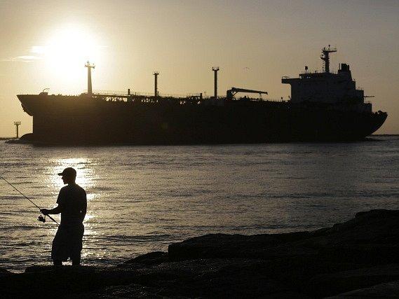 Indonéská posádka zamířila do indonéských vod s tankerem Vier Harmoni, který má na palubě 900.000 litrů nafty v hodnotě 1,57 milionu ringgitů (9,5 milionu korun).