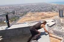 Salto vzad na sotva půl metru širokém pilotu rozestavěného čtyřicetipatrového mrakodrapu v Izraeli se málem vymstilo ruskému kaskadérovi, který si říká Sergej Skákající Buddha a podobnými kousky se živí.