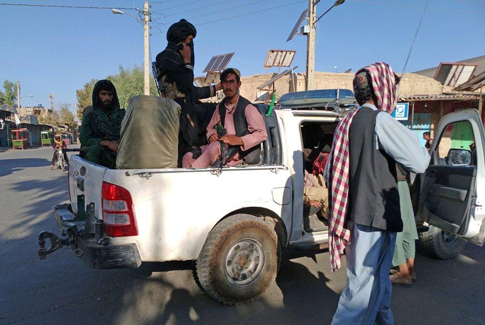 Bojovníci Tálibánu ve městě Faráh