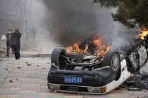 Hořící auto na ulici tibetské metropole Lhasa. Ve městě vzplály nepokoje Tibeťanů proti čínské vládě.