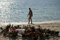 České ministerstvo zahraničních věcí nemá informace o bezprostředním riziku teroristického útoku v Tunisku. Pietní místo na pláži ve městě Sousse.