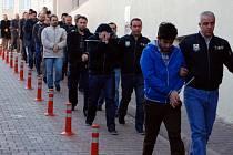 V Turecku tento týden zatýkala policie na 72 místech lid podezřelé z napojení na teroristické organizace. Současně přišly o práci tisíce policistů.