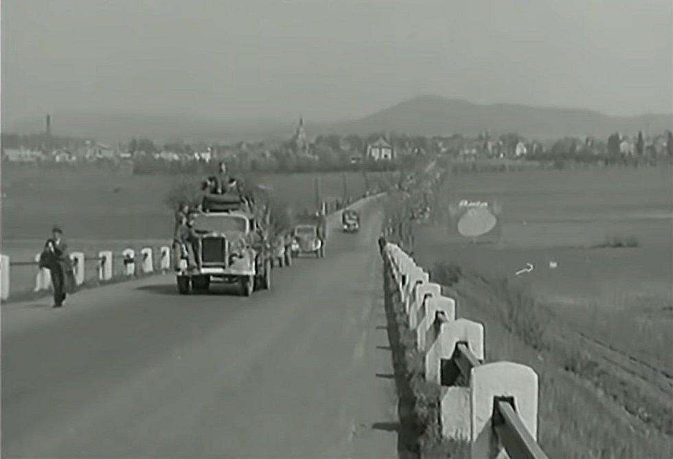 Kolony německých uprchlíků usilujících dostat se k Američanům a zachránit se před Rudou armádou
