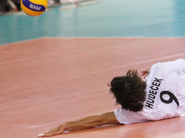 Český volejbalový reprezentant Ondřej Hudeček vybírá míč na palubovce.
