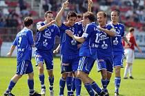 Daniel Rossi Silva (uprosřed) slaví s ostatními hráči Olomouce svůj vítězný gól na Žižkově.
