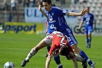 Tomáš Janotka z Olomouce (v modrém) atakuje žižkovského Jiřího Saboua.