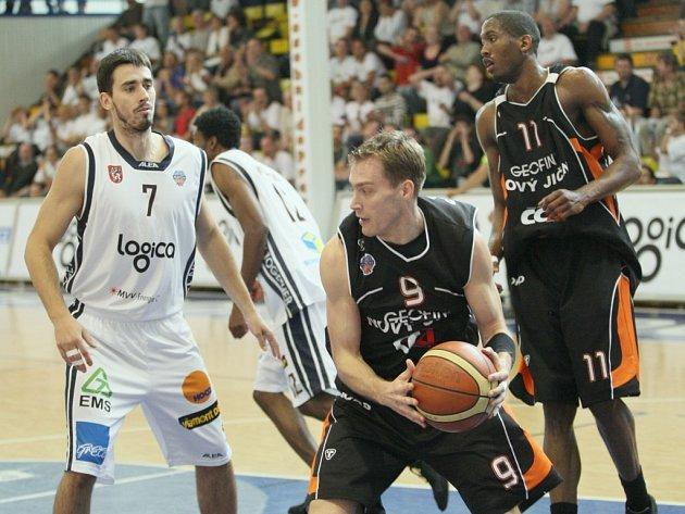 Basketbalisté Nového Jičína zvítězili i ve třetím semifinálovém zápase play off proti Dečínu.