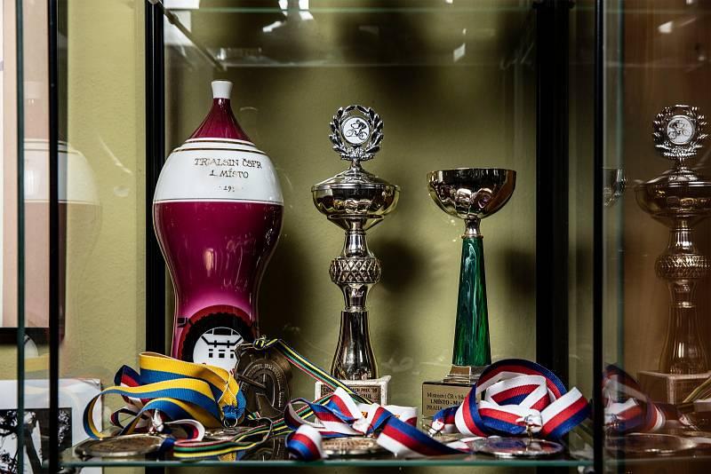 Když jsem byl malý, sbíral jsem odznaky. Pak už asi jen poháry a věnce na závodech. Věnce shnily, ale poháry mám vystavené. Nejvíc jsou však samozřejmě zážitky.