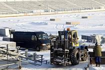 Stavba tribun a ledové plochy na pardubickém plochodrážním stadionu ve Svítkově na venkovní hokejové utkání – Hockey Open Air Game 2011.