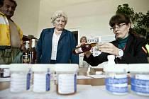 Na pražské Vysoké škole chemicko-technologické (VŠCHT) nabízejí zájemcům kontrolu jejich donesených vzorků alkoholu jestli neobsahují metyl.
