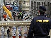 Úklid sutin po výbuchu v Divadelní ulici v Praze.