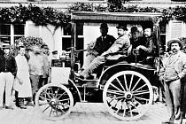 Vůz Panhard & Levassor s motorem od firmy Daimler během prvního automobilového závodu v dějinách.