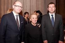 Madeleine Albrightová s Bohuslavem Sobotkou a Janem Hamáčkem.
