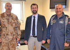 Český velvyslanec v Kábulu Petr Štěpánek (uprostřed).