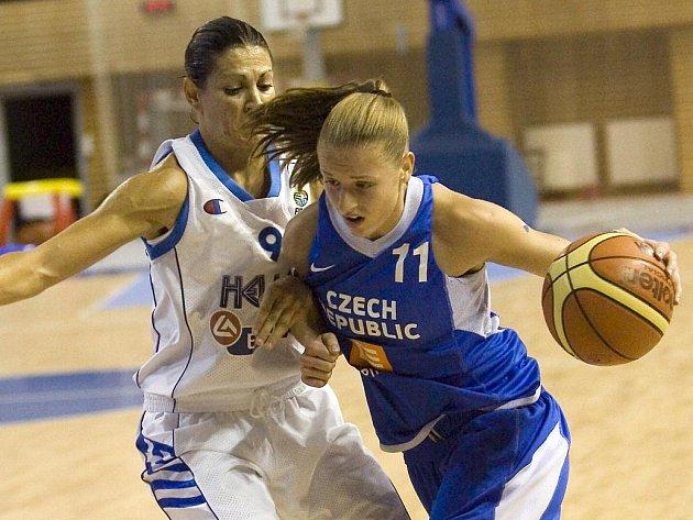 České basketbalistky (v modrém) si v přípravě poradily s Řeckem.