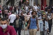 Lidé v rouškách procházejí 10. června 2020 centrem v Sao Paulu
