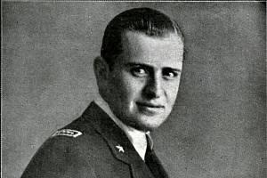 Bruno Mussolini v letecké uniformě v roce 1941, kdy mu bylo 23 let. Téhož roku 7. srpna zahynul při letecké nehodě