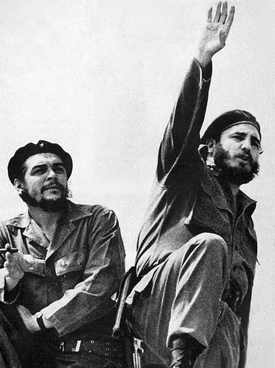 Kubánský vůdce Fidel Castro (vpravo) a Che Guevara v roce 1961 na snímku Alberta Kordy