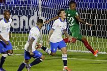 Brazilský fotbalista Philippe Coutinho (druhý zprava) se raduje se spoluhráči ze svého gólu v utkání s Bolívii na turnaji Copa América.