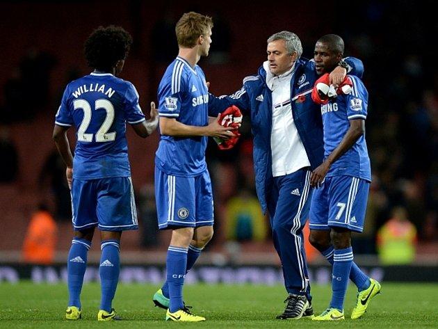 Trenér Chelsea José Mourinho (druhý zprava) oslavuje s hráči Tomášem Kalasem (druhý zleva), Willianem (vlevo) a Nascimento Ramiresem výhru nad Arsenalem.