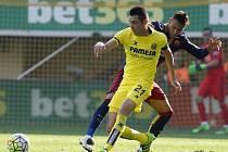 Neymar z Barcelony (vpravo) a Bruno Soriano z Villarrealu.